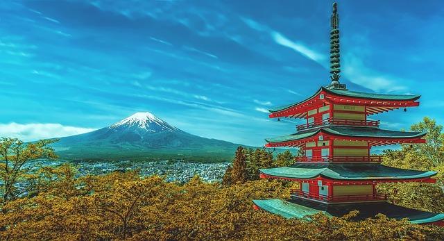 Le Japon est une destination qui ne cesse de fasciner les touristes issus des quatre coins du globe. Partager entre une forte modernité et les traditions ancestrales, ce pays est l'endroit parfait pour passer des vacances qui sont à la fois originales et dépaysantes. Mais comme pour toute autre destination, pour réussir votre périple au Japon, une bonne préparation est de mise. Afin de vous aider à mieux préparer votre voyage, voici quelques conseils qui vous seront d'une aide certaine. Vacances au Japon : quand faut-il partir ? L'une des premières choses que vous aurez à définir est le moment idéal pour partir en voyage au Japon. Toutefois, il est difficile de déterminer le bon moment pour visiter ce pays étant donné que chaque saison a ses avantages et ses inconvénients. En fait, le mieux est de choisir la période en fonction de l'expérience que vous avez envie de vivre au pays du Soleil Levant. Par exemple, pour assister aux nombreux spectacles et festivités dans ce pays, le printemps est la saison tout indiquée. Si c'est pour admirer le mont Fuji, l'hiver est la saison parfaite, car c'est à cette période que cette montagne revêt son manteau blanc. Les formalités administratives Une fois que vous avez déterminé la date pour votre départ, il est temps de s'occuper des formalités administratives. La bonne nouvelle, c'est qu'au Japon, les formalités ne sont pas aussi compliquées que dans les pays européens. En effet, si la raison de votre voyage dans ce pays est le tourisme, vous n'avez pas besoin de visa. Vous pouvez y séjourner jusqu'à 3 mois avec comme seul document votre passeport. De plus, que ce dernier soit biométrique ou non, cela revient au même du moment qu'il est valable jusqu'à la date de votre retour. Quel budget prévoir pour une aventure au pays du soleil levant ? La question du budget est également à ne pas prendre à la légère lors de la phase de la préparation d'un voyage, que ce soit au Japon ou n'importe quelle autre destination. En ce qui concerne